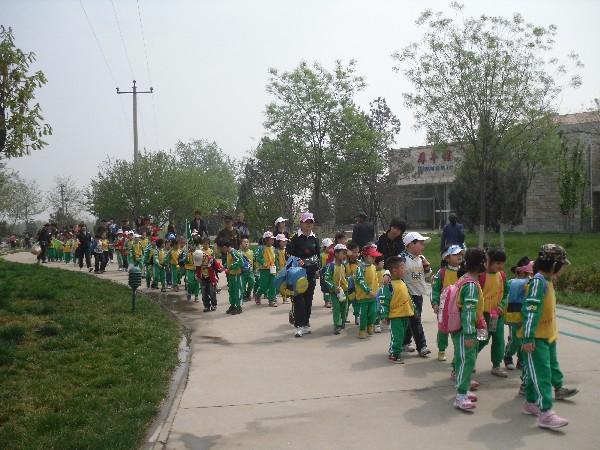 幼儿园动态 2011年4月动物园春游         阳光灿烂,春暖花开,又是